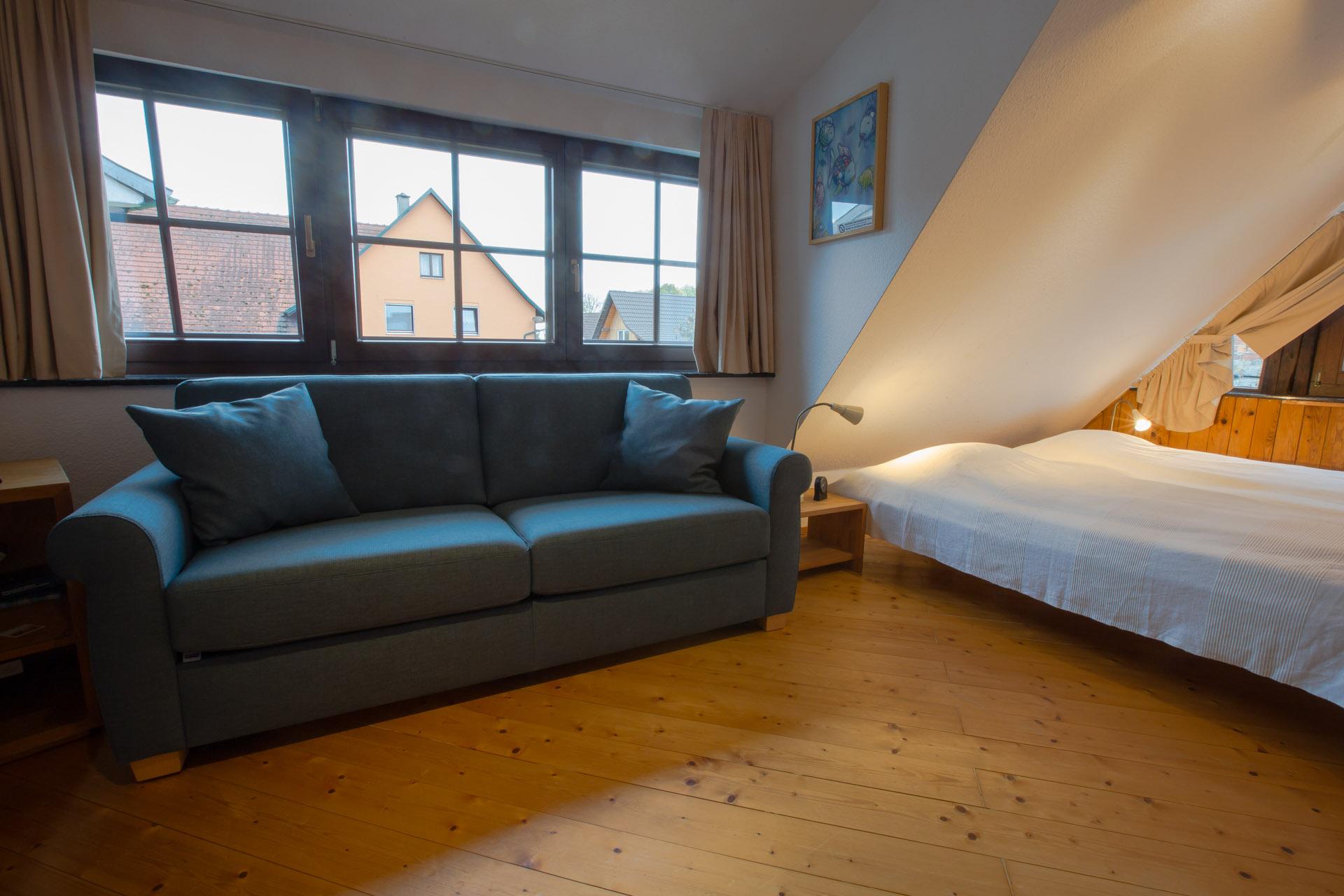 ... Schlafzimmer Bzw. Kinderzimmer Mit 2 Einzelbetten Und Schlafsofa (140  Cm Breit) Für Insgesamt ...