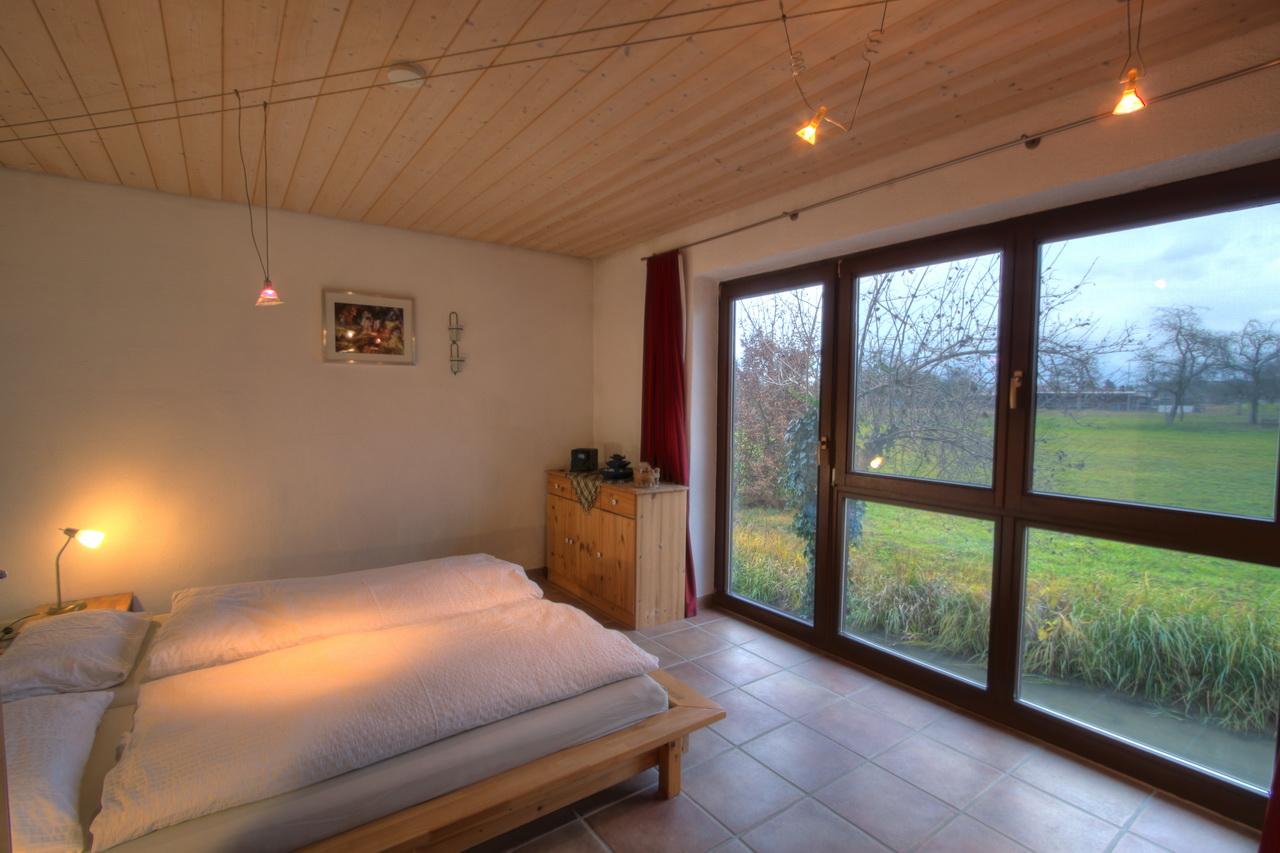 Schlafzimmer Im Seminarhaus Schwarzwald Mit Doppelbett Und Blick Auf Die  Grüne Wiese Und Den Bach ...